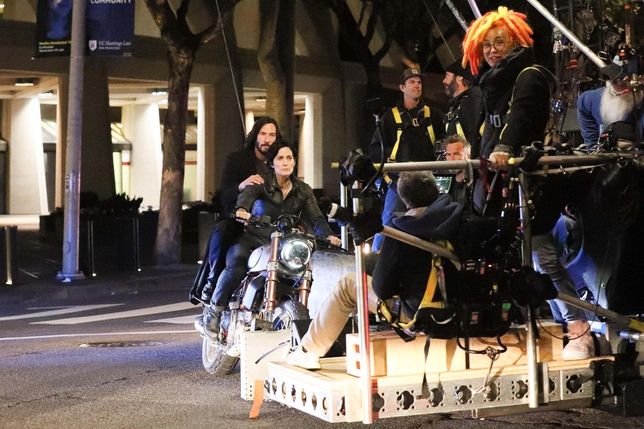 导演拉娜·沃卓斯基(黄发者)正在拍摄《黑客帝国4》的动作戏。