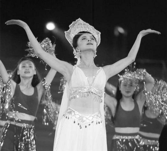 图为90年代周洁在演出中领舞 摄影丹孃