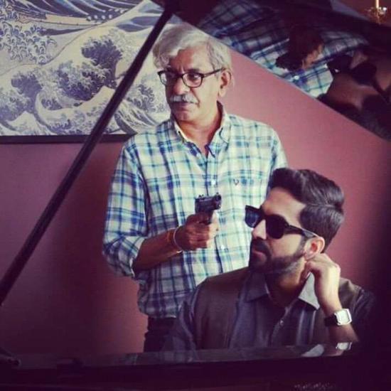 导演斯里兰姆·拉格万(图左)在《调音师》拍摄现场