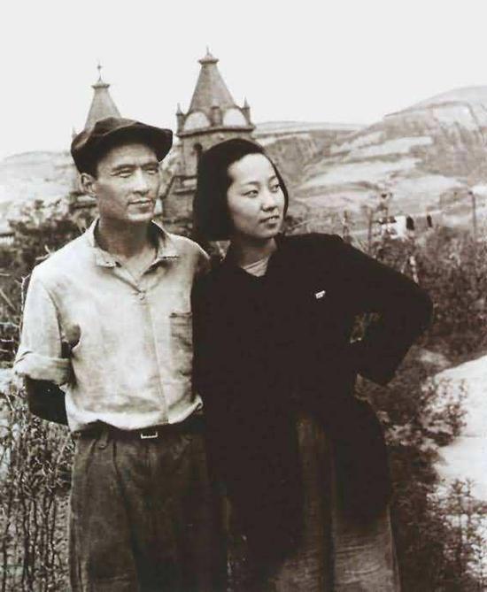 1945年8月15日日本制服后,田方和于蓝在延安鲁艺大礼堂的后山相符影