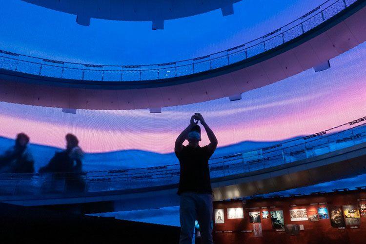 不悦目多在拍摄博物馆大厅的环幕