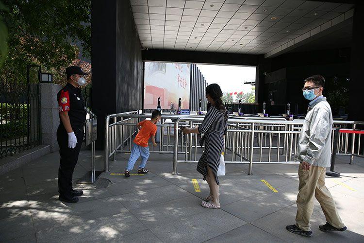 中国电影博物馆入口处,不悦目多保持坦然距离入馆