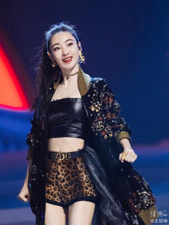 王丽坤在《乘风破浪的姐姐》中参加第三次公演