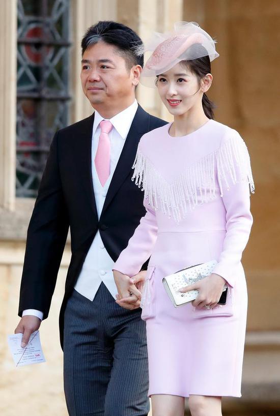 刘强东和章泽天出席英国公主婚礼