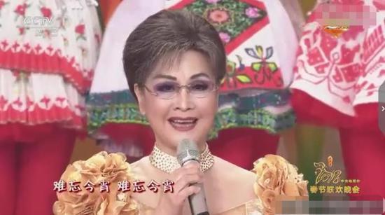 2018年春节联欢晚会,李谷一演唱《健忘今宵》 来源:视频截图