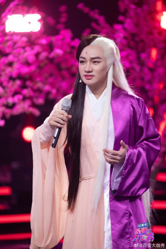"""在最新一季《百变大咖秀》中,王祖蓝模仿《三生三世十里桃花》中的""""凤九""""和""""帝君""""。"""