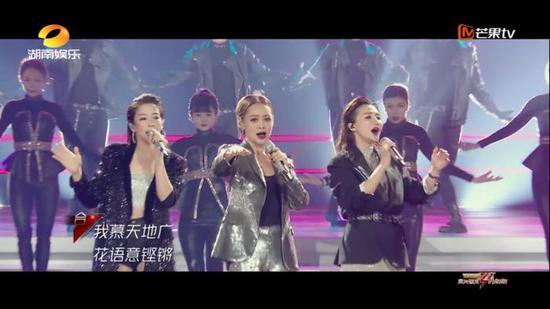 《乘风破浪的姐姐》里,安和、阿朵、袁咏琳演唱《兰花草》。来源:视频截图。