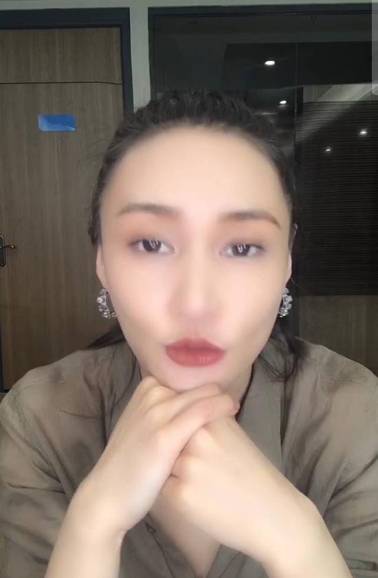 牛萌萌23日晚在直播中声称自己吸毒相关信息不实。 视频截图