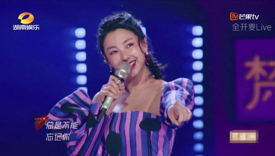 《乘风破浪的姐姐》里,张雨绮演唱《粉红色的回忆》。来源:视频截图。