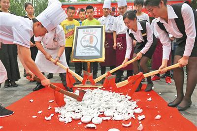 2015年6月,为响应禁烟令,北京一餐厅将上百个陶瓷烟灰缸集中销毁 新京报记者 浦峰 摄