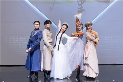 佟丽娅(中)与舞蹈剧场舞蹈演员代表合影