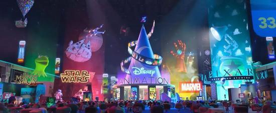 """图片左上角,在青蛙布偶秀上方还有皮克斯经典《飞屋环球记》中的""""飞屋""""。"""
