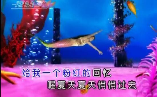 韩宝仪《粉红色的回忆》MV截图。