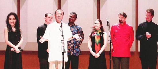 2004年丁广泉与洋徒弟大山等人在新加坡演出
