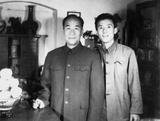 1973年丁广泉与恩师侯宝林合影