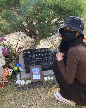 雪莉离世1年好友金善儿墓前悼念:这辈子都来看你