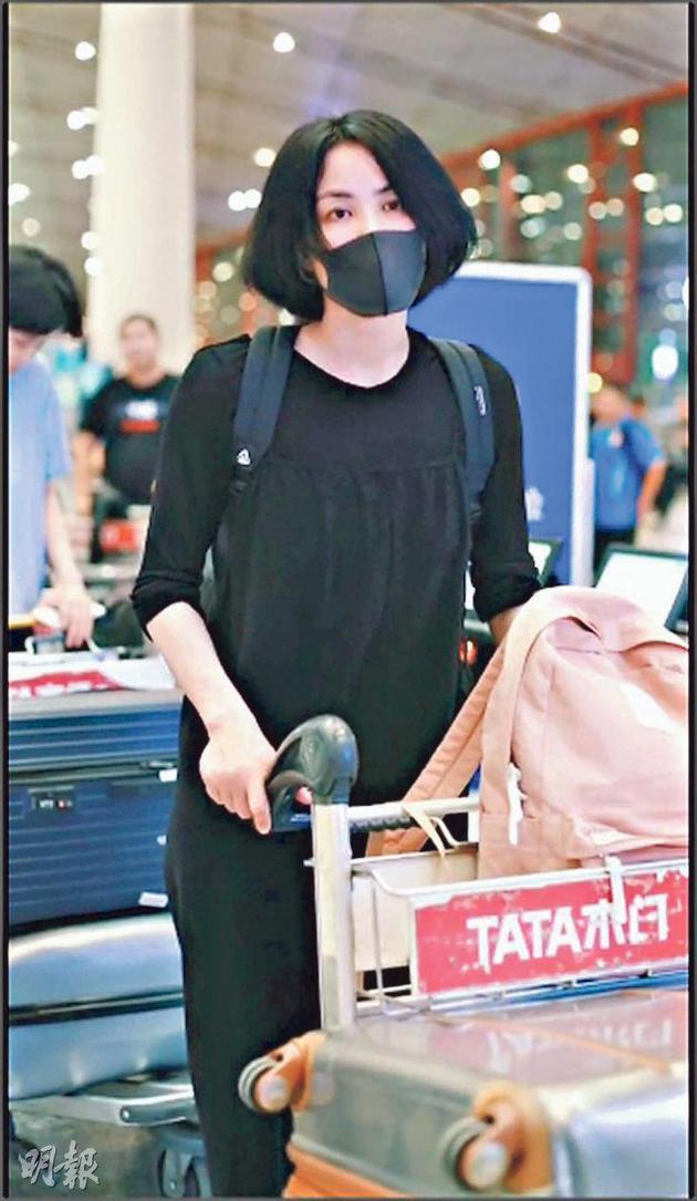 王菲最近现身北京机场,她背着背包戴着口罩仍被旅客捕获,还发现她左手无名指戴着戒指。