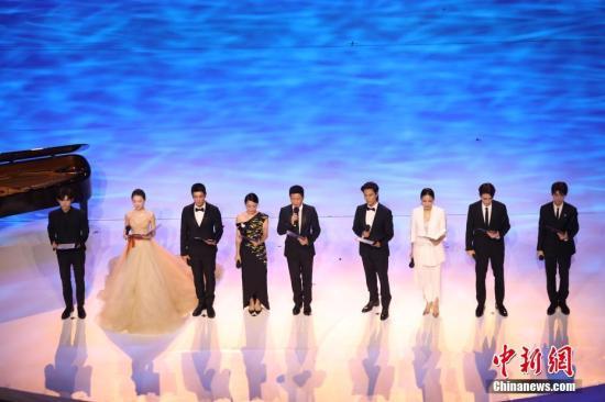 11月19日晚,第28届金鸡百花电影节在福建厦门开幕。图为众明星朗诵《奋斗的力量》。中新社记者 李思源 摄