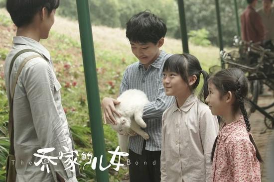林若惜(右二)和张熙唯(右一)私下也是好朋友。