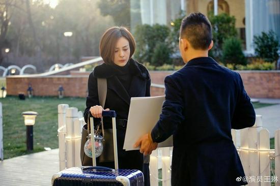 今年,王琳参加了恋爱综艺节目《怦然再心动》,面对爱情,她只是一个普通的单身女性,会犹豫,也会纠结。
