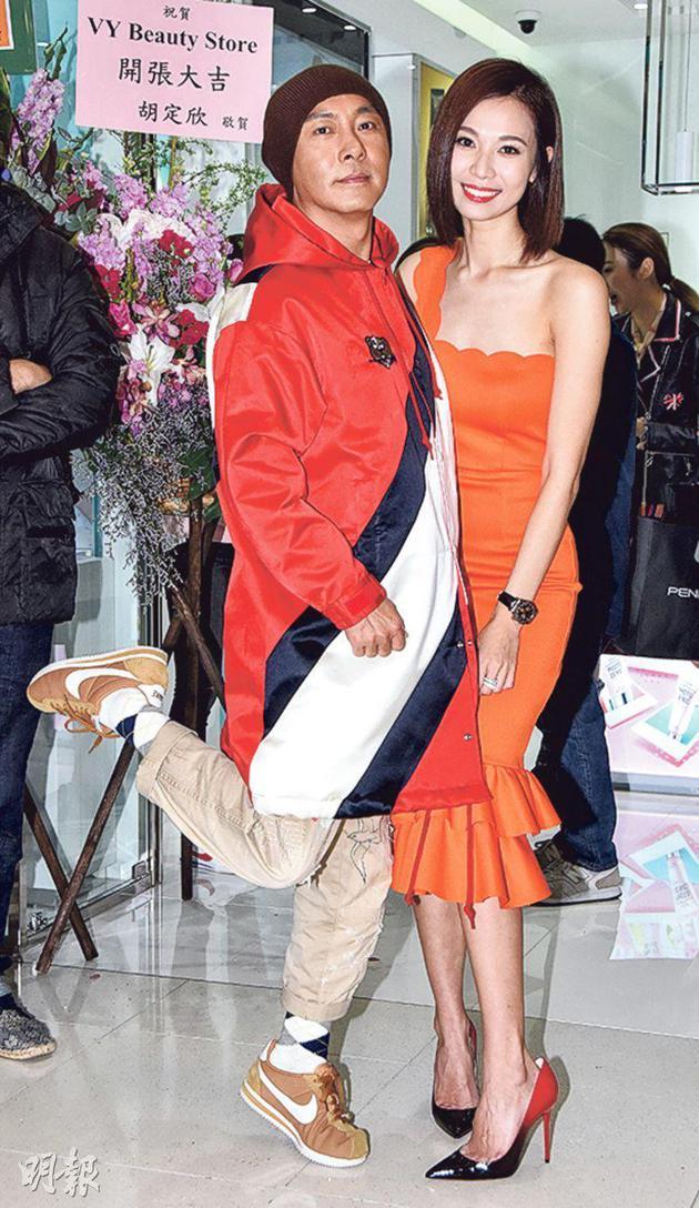 杨秀惠(右)第五间美妆店昨天(12月12日)开张,张卫健现身声援。