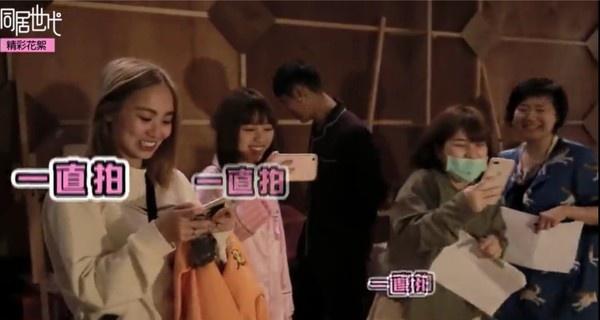 陈芳语探班时在左右拍照