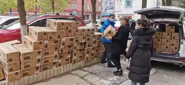 韩红爱善心慈善基金会给武汉市普仁医院运送物资。 图/受访者供图