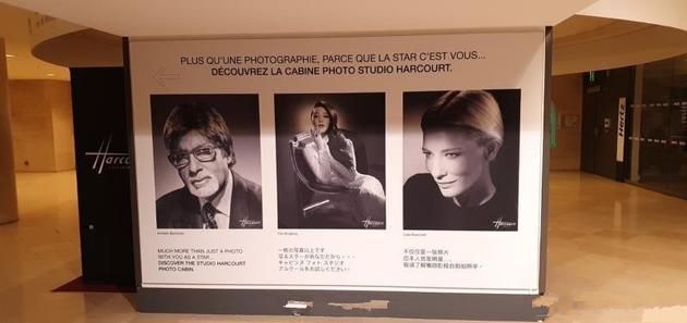 范冰冰的画报被放置在罗浮宫外展示