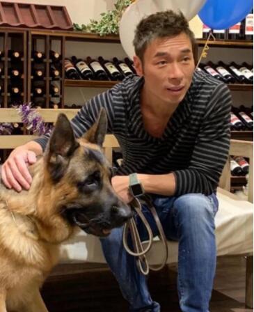 许志安与爱犬合照