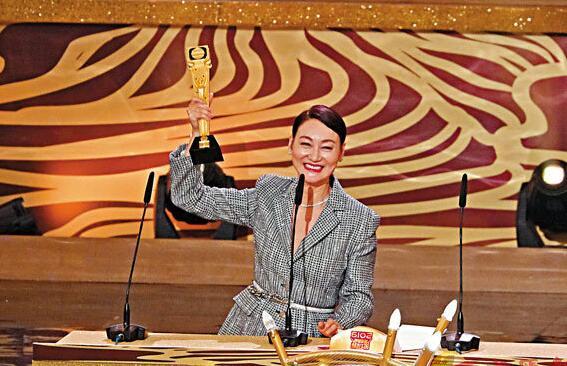 """惠英红凭《铁探》荣膺""""最佳女主角"""",成为影视大满贯。"""