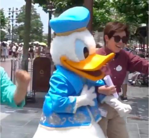 唐老鸭拍着胸脯,似乎有些体力透支(图源微博网友:安安的森系人间)