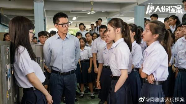 邱泽饰演的林默,白天是一名化学老师