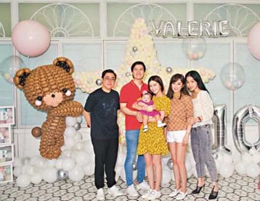 干妈文咏珊(中)出席杨汀叮女儿百日宴,抱着干女儿不放手。