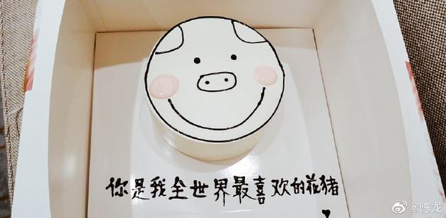 陈龙晒喜欢妻送的蛋糕