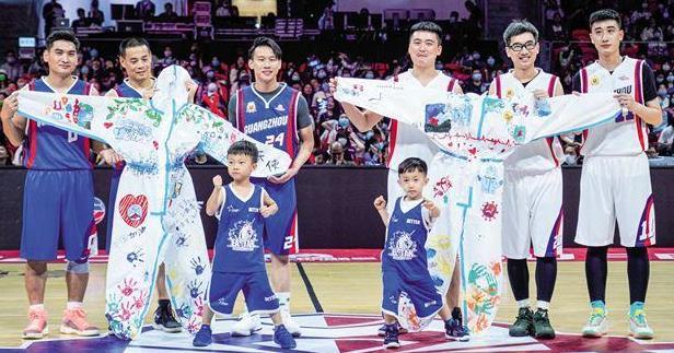 """篮球赛致敬抗疫""""上场的人"""" 李晨王鹤棣秀技"""