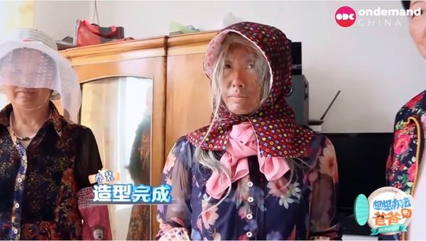 朱茵黄脸白发扮老奶奶 老公黄贯中一眼认出!