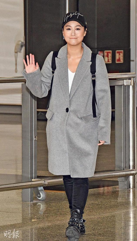 黄心颖昨天(12月14日)早晨突然从美国回香港,穿灰色外套相通肥了不少。