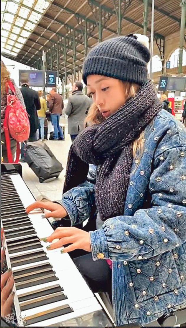 容祖儿作废巴黎演唱会,却在火车站巧遇笑迷,现场刚益有一个钢琴,所以即席外演。