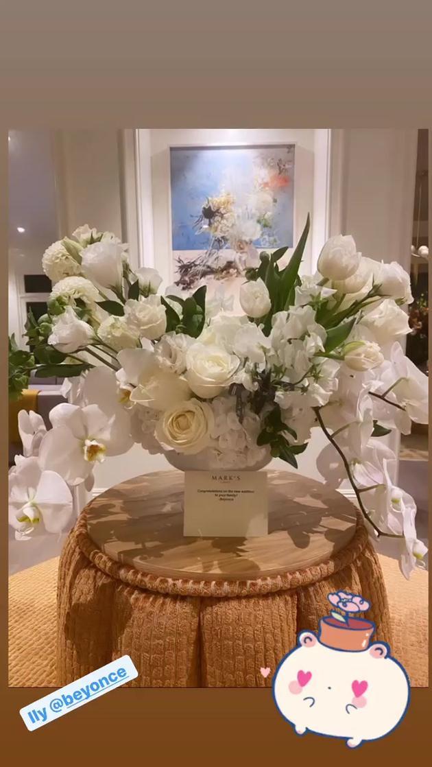 水果姐晒碧昂斯送的祝福鲜花 配爱心表情包感谢