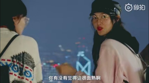 唐嫣化淡妆与闺蜜同游香港。