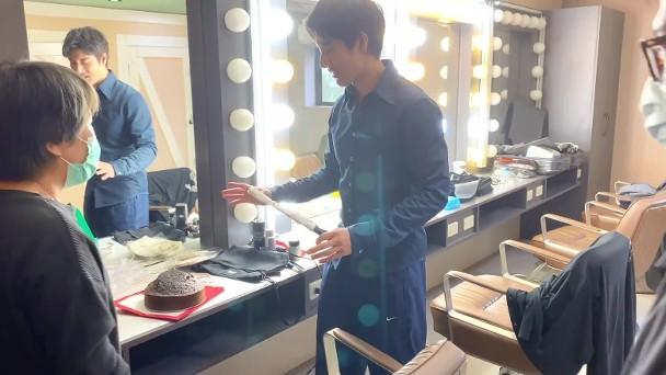 王力宏在化妆间亲自切蛋糕分给工作人员