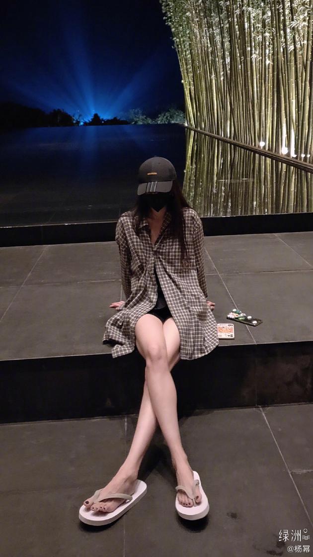 杨幂衬衫配人字拖假装在夏天 绿洲秀大长腿超养眼