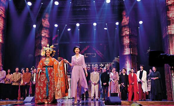 钟丽缇、吴小莉以及台前幕后谢幕。