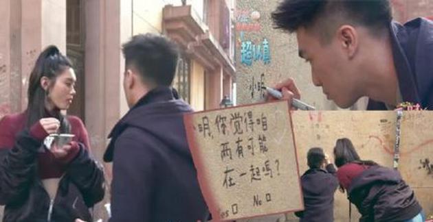 何猷君在恋爱巷墙上涂鸦示爱。