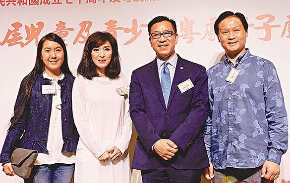 米雪(左二)坦言演出粤剧要下苦功。