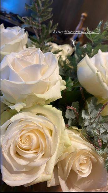 贝嫂晒出儿子布鲁克林送的白玫瑰。