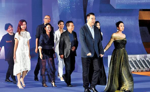 电影《我和我的祖国》总导演陈凯歌(右二)与剧组部分主创人员一同亮相红毯仪式