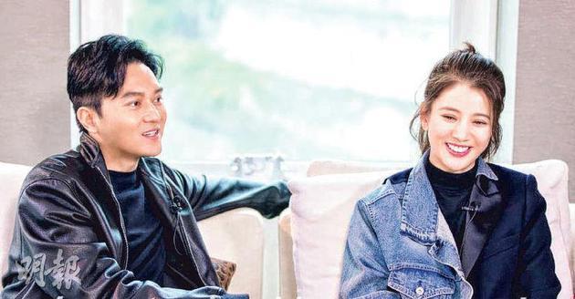 张智霖(左)与太太袁咏仪接受内地节目访问。