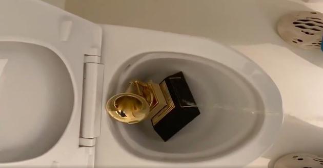 活久见的迷惑操作!侃爷把格莱美留声机扔马桶淋尿