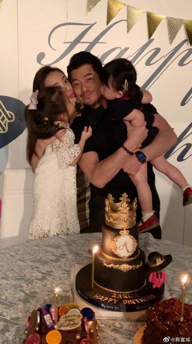 郭富城被妻子息儿相拥亲吻